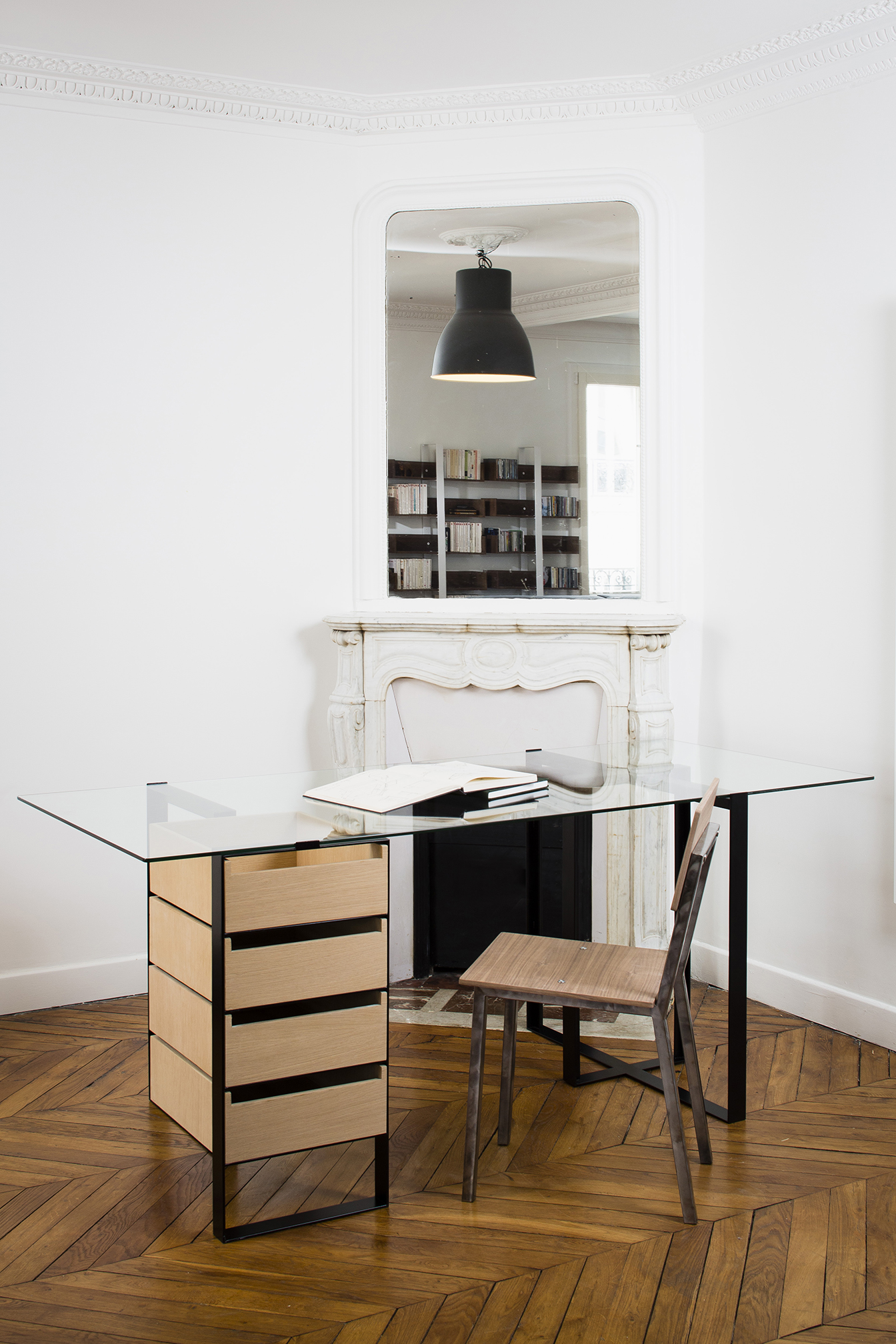 bureau design en m tal verre et bois. Black Bedroom Furniture Sets. Home Design Ideas