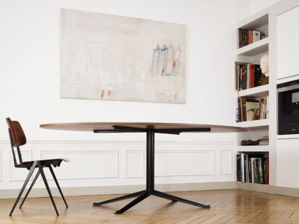 Oval table in wood and steel